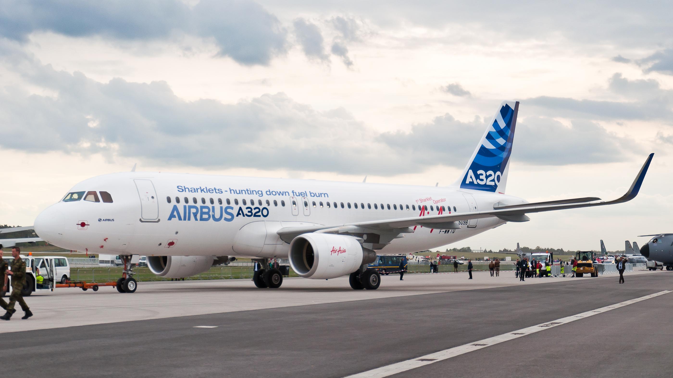 F-WWIQ_Airbus_A320_sharklet_ILA_2012_06