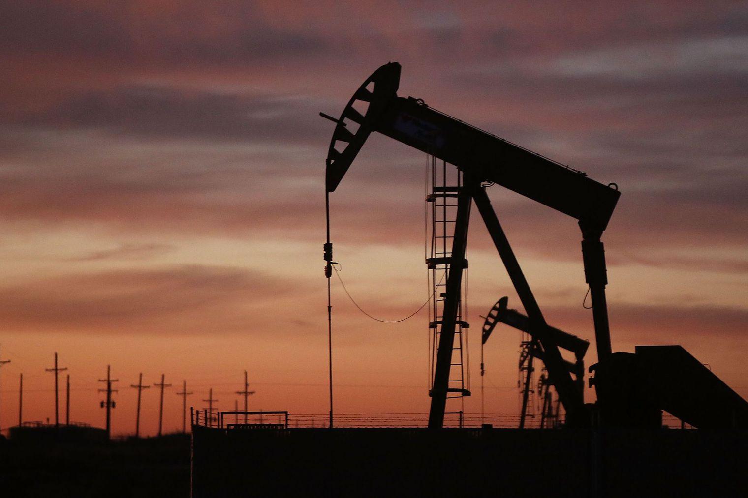 le-president-americain-barack-obama-va-proposer-la-mise-en-place-d-une-taxe-de-10-dollars-sur-le-baril-de-petrole-qui-permettrait-de-financer-un-vaste-plan-d-investissements-dans-les-t