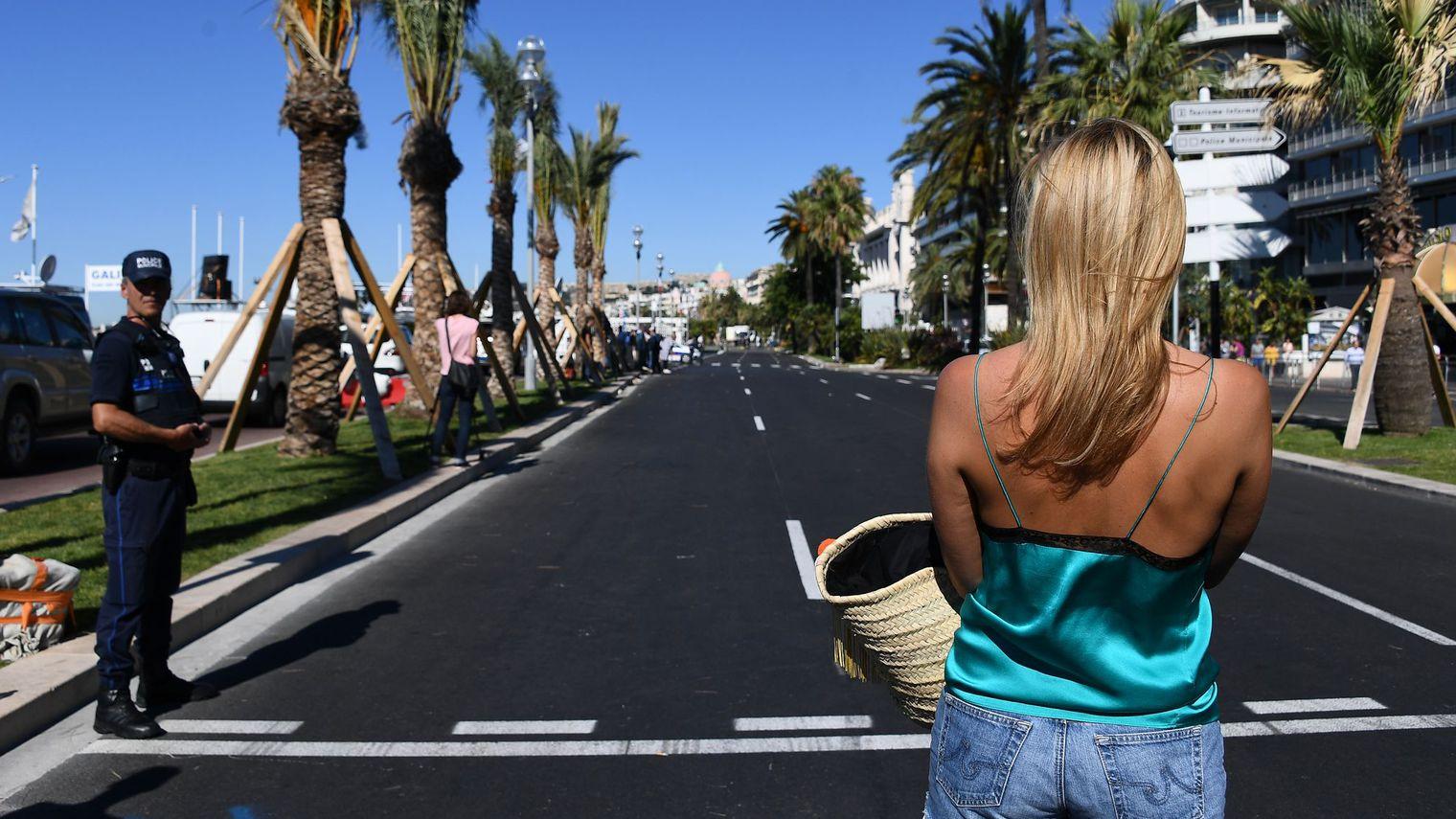 une-vacanciere-sur-la-promenade-des-anglais-le-15-juillet-2015-a-nice-au-lendemain-de-l-attaque-au-camion-qui-a-fait-84-tues_5638243